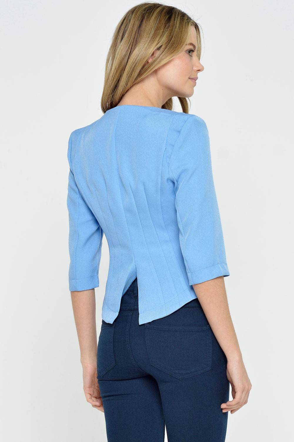 Being the leader of the pack means dressing the part, so do it right with the Team Leader Navy Blue Cropped Blazer! A collarless front lies between lightly padded shoulders.